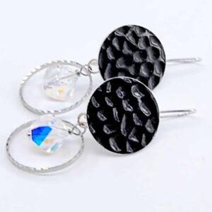 Orecchini con cristallo boreale helix Swarovski, cerchio in metallo zigrinato e monachina anallergica martellata