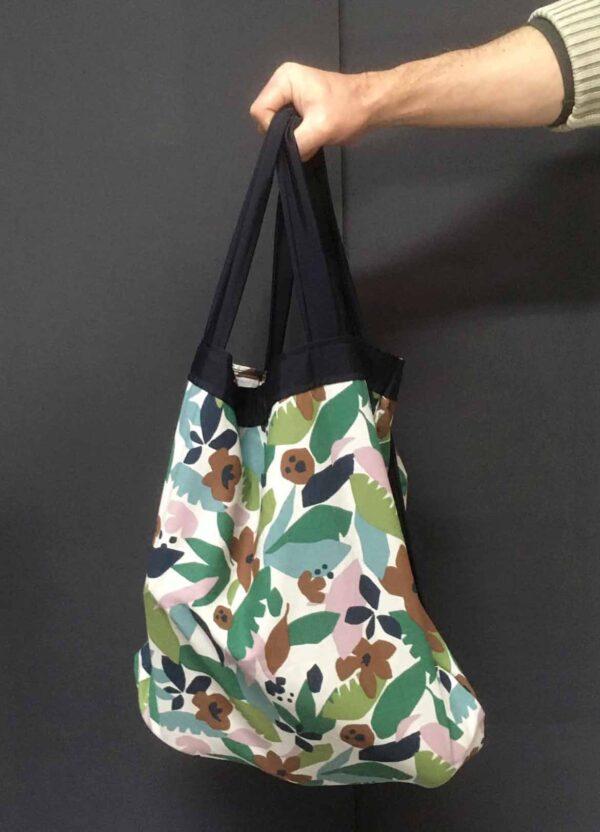 La shopping bag che si trasforma in zaino. Cotone canvas, spallaci in tessuto plastificato rinforzato, cucita con cotone cordonetto, dimensioni 42 cm x 44 cm, altezza totale con spallacci 65cm.