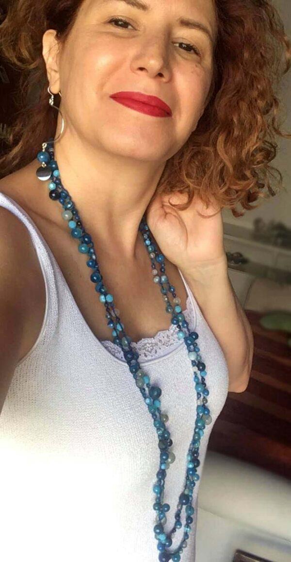 Collana luuuunga con perle e perline sfaccettate in agata sfumata, cristallini bicono Sw, rondelle in cristallo, lavorazione uncinetto con filo in puro cotone #collana #collanaquisikrea #collanafattaamano #collanalunga #collanapietredure #collanablu