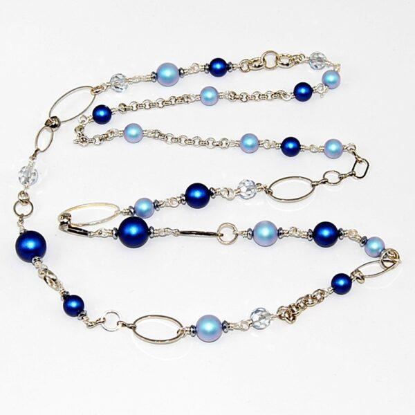 Collana lunga con perle satinate, cristalli e catene in metallo e alluminio argentato #collanalunga #perlesatinate #collanaconperle #collanablu #collanaconcatena #collanaquisikrea