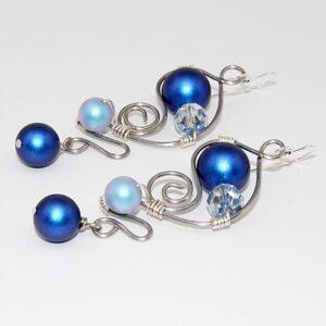 Orecchini realizzati in tecnica wire con filo in acciaio martellato, perle satinate e cristallo #oreccchinilunghi #orecchiniwire #orecchinipendenti #orecchinigrandi #orecchiniconperle #orecchiniquisikrea