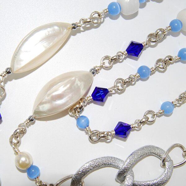 Collana lunga con perle in conchiglia, perline in vetro, cristalli bicono, perle lisce in agata botswana chiara, perle e catene in alluminio #collanalunga #collanaungiro #collanaconconchilglia #pannaeblu#collnaclassica #collanaquisikrea