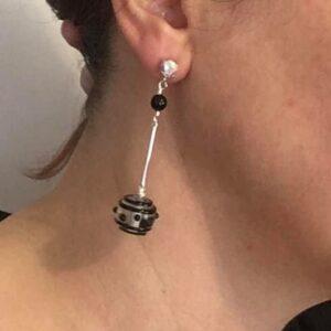 Orecchini con perle in vetro lampwork con disegni a rilievo, barretta in metallo, perline Swarovski e perno con cristallo boreale Swarovski #orecchinilunghi #orecchinipendenti #orecchiniquisikrea #orecchiniconperle