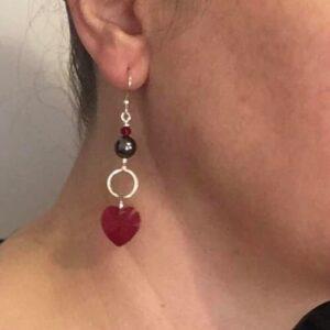 Orecchini con pendenti in cristallo rosso
