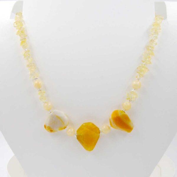 Collana girocollo con lunghezza variabile e con perle romboidali in agata striata, perle lisce in giada gialla e chips in quarzo citrino