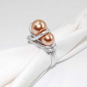 Anello realizzato in tecnica wire con filo in alluminio e perle Swarovski, base non regolabile, misura 18