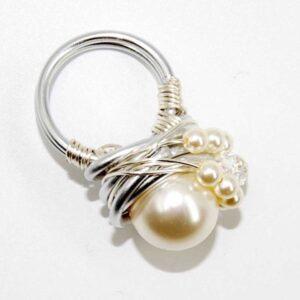 Anello realizzato in tecnica wire con filo in alluminio, perle Swarovski, cristalli Swarovski, misura 17 NON regolabile