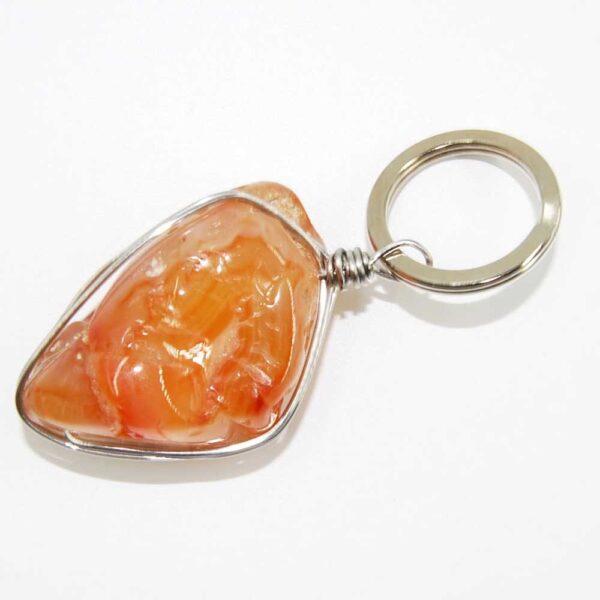 Portachiavi con pietra irregolare in agata arancio avvolta con filo in acciaio
