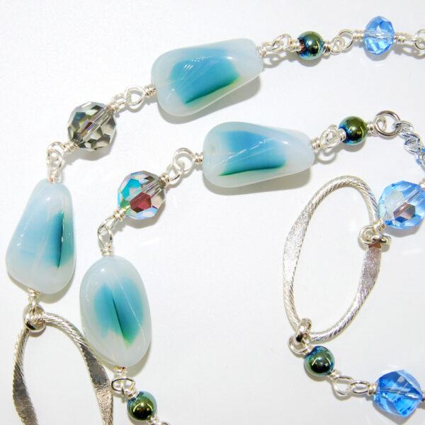 Colori polvere per questa collana con perle in vetro, cipolline in vetro, cristalli, perline in ematite, anelli in alluminio e catena in alluminio anallergico #collana #quisikrea #bijoux #bigiotteia #vetro #celeste #cristal