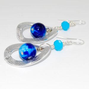 Orecchini con perle lisce in giada colorata sfumata, cipolline punti luce in vetro, anelli in alluminio martellato e monachine anallergiche #giada #orecchini #bijoux #bigiotteria #quisikrea