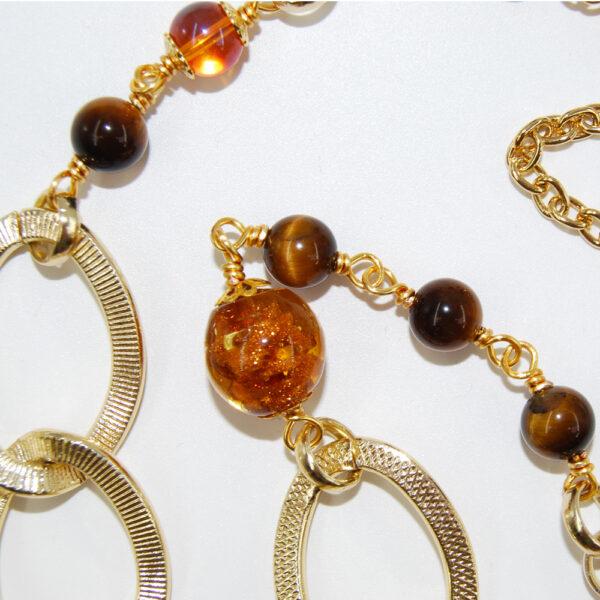 Collana con perle in vetro e occhi di tigre