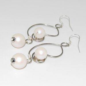 Orecchini wire con perle satinate bianche