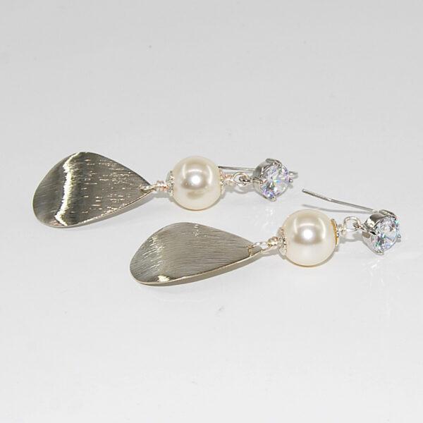 Orecchini con perla Sw, monachina con zircone e pendente in metallo smerigliato #oreccchinipendenti #orecchiniquisikrea #orecchiniconperle #orecchiniclassici