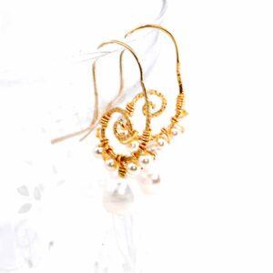 Orecchini con m monachina martellata in argento 925 bagnata in oro, perle di fiume, perle Sw e cristallini boreali Sw #orecchinioro #orecchiniclassici #orecchiniconperle #orecchiniquisikrea #orecchiniargento925