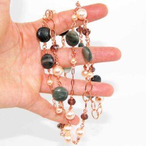 Collana lunga con dischi lisci in agata sfumata, perle cipria Sw, cristalli e catene in ottone rosato #collanaunfilo #collanaclasssica #collanaquisikrea #collanaconperle