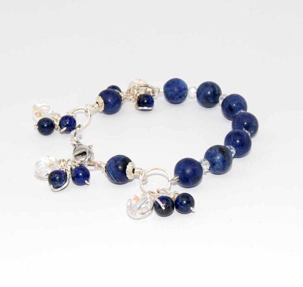 Bracciale con perle lisce in sodalite, cristallini boreali, cristalli boreali, anelli in ottone argentato, misura cm. 19 #braccialeblu #braccialequisikrea #braccialeconpendagli #braccialeconsodalite