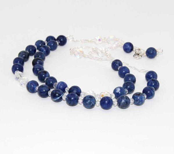 Collana girocollo doppio giro con perle lisce in sodalite, cristalli boreali e catena in ottone argentato #collanablu #collanagirocollo #collanaconsodalite #collanaquisikrea
