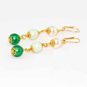 Orecchini con perle satinante Swarovski, perle Swarovski, coppette in metallo dorato e monachina anallergica #orecchiniconperle#orecchinipendenti #orecchinimulticolor #orecchiniquiskrea