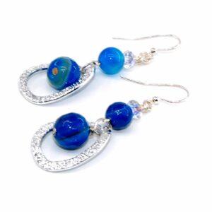 Orecchini con perle lisce in agata blu, rondella in cristallo boreale e monachina anallergica #orecchiniquisikrea #orecchinilugnhi #orecchinipendenti #orecchinicolorati
