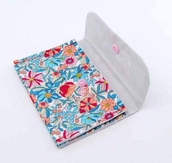Pochette in puro cotone con tela interna di rinforzo, ha tre scomparti per riporre piccoli oggetti di diversa misura. #accessoridaborsa #accessoritessuto #accessoriquisikrea