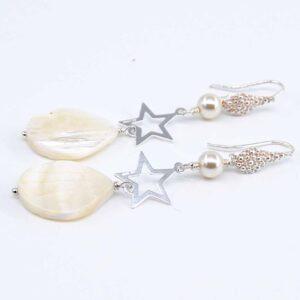 Orecchini con monachina puntinata in argento 825, stellina in argento 925, goccia in madreperla e perle Swa #orecchiniquisikrea #orecchinipendenti #orecchinilunghi #accessoriquisikrea