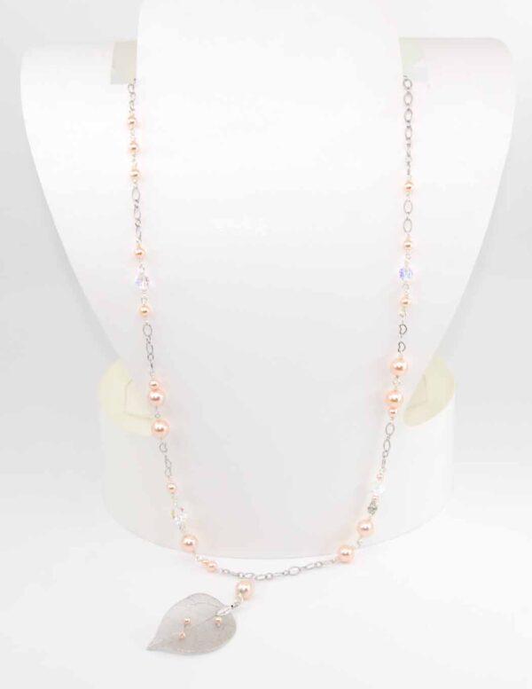 Collana con perle rosa cipria Swarovski, cristalli helix boreali Swarovski, cristalli boreali briolette Swarovski, catena saldata e pendente con foglia filigranata