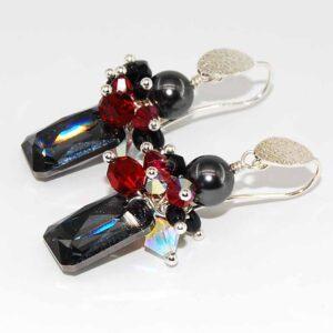 Orecchini con monachina sabbiata in argento 925, perle Swarovski, cristallini bicono in Swarovski. pendente in cristallo Swarovski #orecchiniquisikrea #orecchinicolorati #orecchiniargento925 #orecchinicristallo