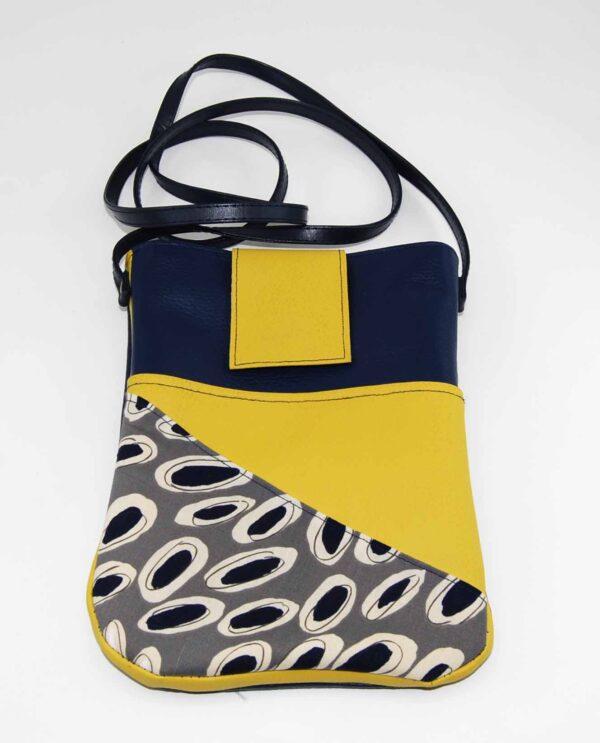 Tracollina in ecopelle con intarsio in cotone, tasca interna, tasca esterna, chiusura a calamita, foderata. Lunghezza tracolla 65cm. alla spalla, dimensioni borsa 22cm. x 16 cm circa.
