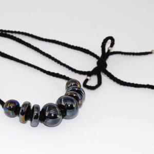 Collana con perle in ceramica iridescente