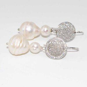 Orecchini con monachina traforata in argento 925 e strass e perle di fiume #orecchiniquisikrea #orecchiniargento925 #orecchiniartigianali #orecchini #orecchiniperle #perledifiume