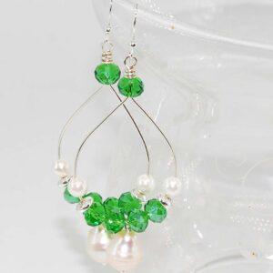 Orecchini wire verdi a goccia con perle