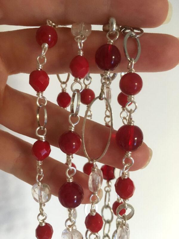 Collana lunga doppio giro con cristalli, perle quadrate sfaccettate in cristallo di rocca, perle lisce in vetro, perle lisce in pasta di corallo, catena saldata in ottone argentato e catene in alluminio