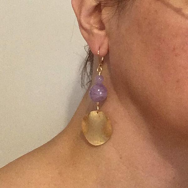 Orecchini con perle lisce in ametista lavanda, disco in metallo smerigliato e monachina anallergica #orecchini #orecchinilunghi #orecchinipendenti #orecchiniconametista #orecchiniquisikrea #orecchiniregalo #orecchinigrandi
